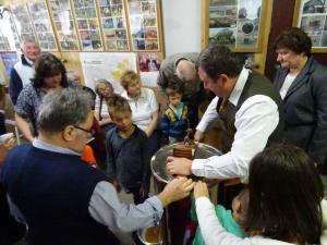 ČD PPG, prikaz točenja medu, vrtenje točila, Lončarjev muzej, 19. 5. 2018_2